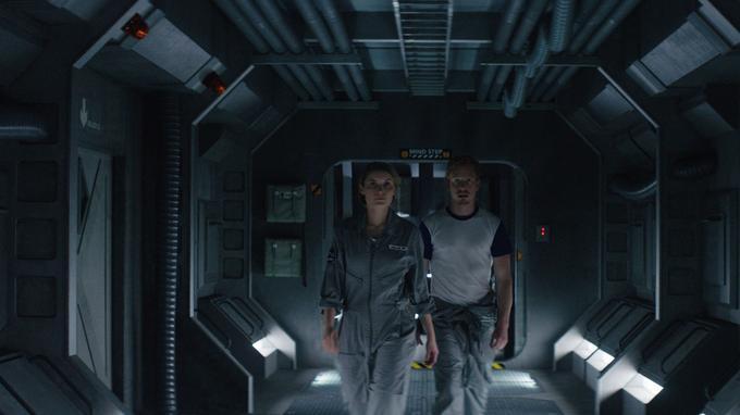 La biologiste Eva Müller (Adrianna Graziel) et le programmeur Basil Verhoeven (Côle Levin) dans les couloirs d'Ulysse