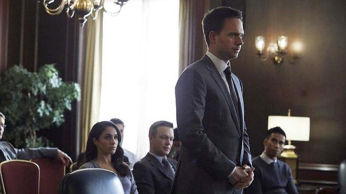 Rachel Zane, alias Meghan Markle, future femme du prince Harry, assiste son fiancé Mike Ross (Patrick J. Adams)