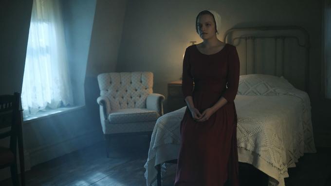 Elisabeth Moss est Defred, une servante.