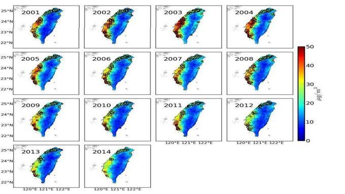 Cartes des concentrations annuelles en PM2,5 à Taïwan entre 2001 et 2014, réalisées à partir des données fournies par la NASA. Les cercles représentent les localisations des participants à l'étude.
