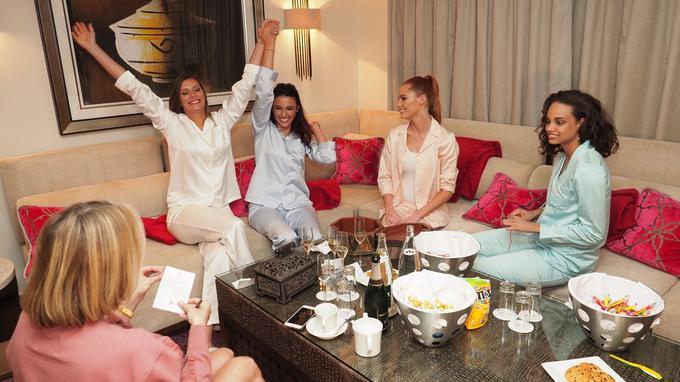 Toutes se sont retrouvées dans la plus grande suite de l'hôtel Tiara Miramar pour une soirée pyjama endiablée. Au programme: dîner, jeu –  <i>Time's Up</i> spécial Miss France – et gages de toute sorte pour Maëva. Cette dernière a ainsi dû imiter une ancienne Miss et aller se faire prendre en photo – en pyjama! – avec une cliente de l'hôtel. Sans compter son plongeon dans la piscine, toujours en pyjama…