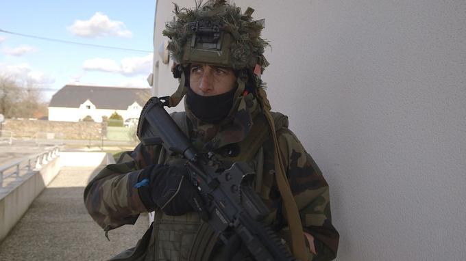 L'un des premiers gestes, à son arrivée parmi les commandos, a été la réception du fusil HK 416, le remplaçant du FAMAS.