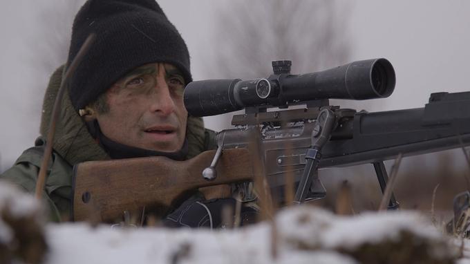 Thomas Misrachi en plein exercice de tir à longue portée avec un fusil FR-F2