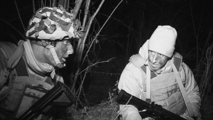De nuit, le groupe a dû récupérer un colis dans les marécages. «Il faisait tellement froid que nos treillis étaient durcis par le gel»