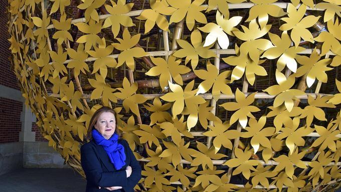 Chantal Colleu-Dumond devant l'œuvre En plein midi de Klaus Pinter.