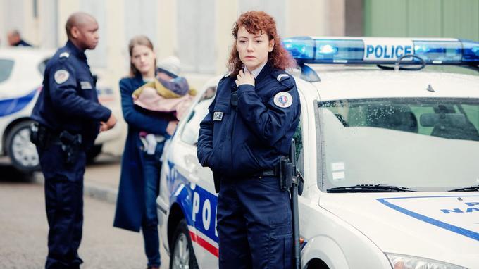 Blandine Bellavoir joue l'agent Glazer, qui vous une grande admiration à Chloé Fisher (Emmanuelle Seigner).