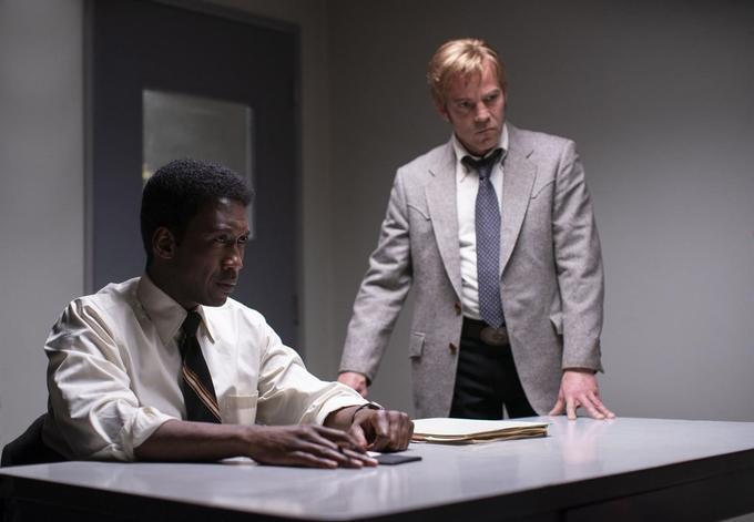 L'enquêteur Wayne Hays avec son binôme Roland West.
