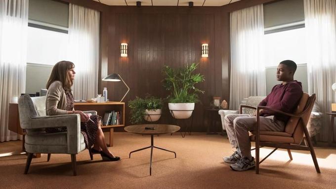 Julia Roberts face à Stephan James dans Homecoming, série Amazon Prime Video réalisée par Sam Esmail (Mr. Robot).