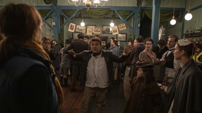 Le réalisateur Alexandre Laurent donne ses indications aux figurants avant une prise