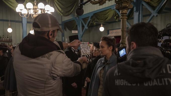 Julie de Bona, dans le rôle d'une bonne, s'apprête à tourner une scène clé avant l'embrasement du Bazar de la Charité