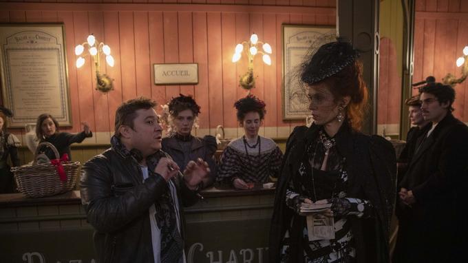 Alexandre Laurent, réalisateur de la série donne quelques indications de mise en scène à Audrey Fleurot