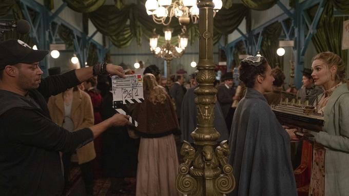 Julie de Bona et Camille Lou sur le tournage du Bazar de la Charité
