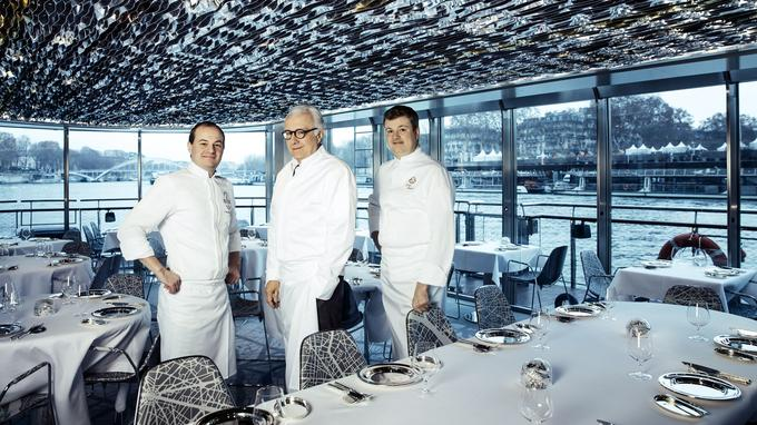 Francis Fauvel, chef de Ducasse sur Seine, Alain Ducasse et Jocelyn Herland, chef du Meurice, posent à l'intérieur du bateau. Ils ont jugé les candidats de Top chef lors d'une épreuve imaginée par Alain Ducasse.