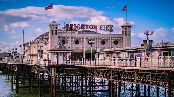 Casino, jeux d'arcade, parc d'attractions... Brighton Pier est un lieu d'amusement pour petits et grands.