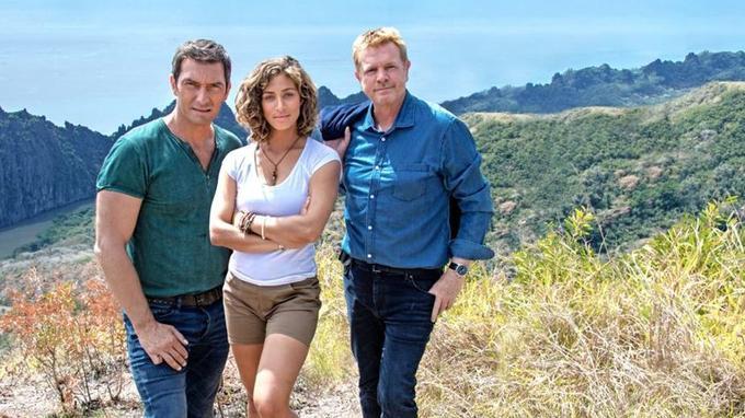 Avec Manon Azem et Franck Semonin en Nouvelle-Calédonie. @ JL Paris / Auteurs associés / TF1