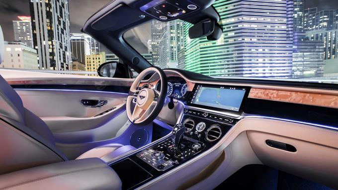 Le luxueux habitacle adopte les évolutions constatées sur le modèle équipé du moteur à douze cylindres.