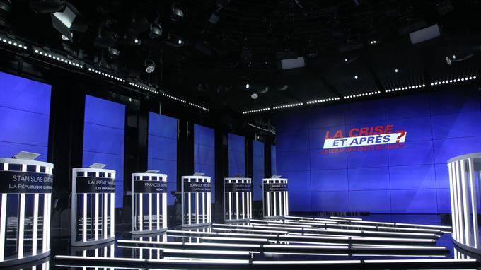 Les pupitres des chefs de partis dont le placement a fait l'objet d'un tirage au sort.