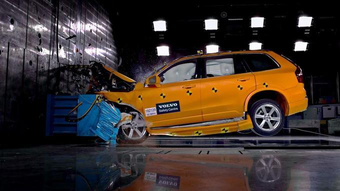 Crash-test subi par une Volvo. La sécurité est un thème cher à Volvo, qui le fait savoir.