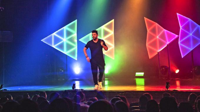 Kev Adams se produit actuellement avec son nouveau spectacle dans toutes les salles dans lesquelles il a joué depuis ses 17 ans.