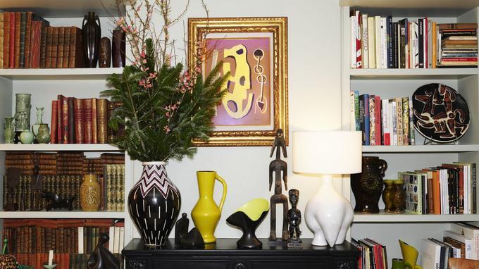 Sur la cheminée, de gauche à droite, grand vase amphore de Jean Van Dongen, pichet jaune et vase «Corolle» de Pol Chambost, statuette Mumuye et Lampe zoomorphe de Dalou.