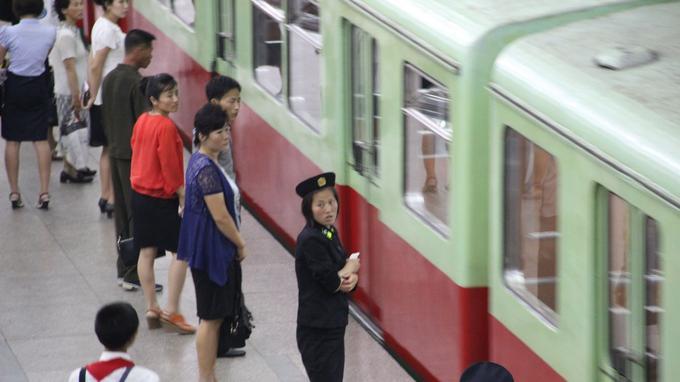 Le métro de Pyongyang compte deux lignes. D'anciennes rames du métro de Berlin y sont encore en service.