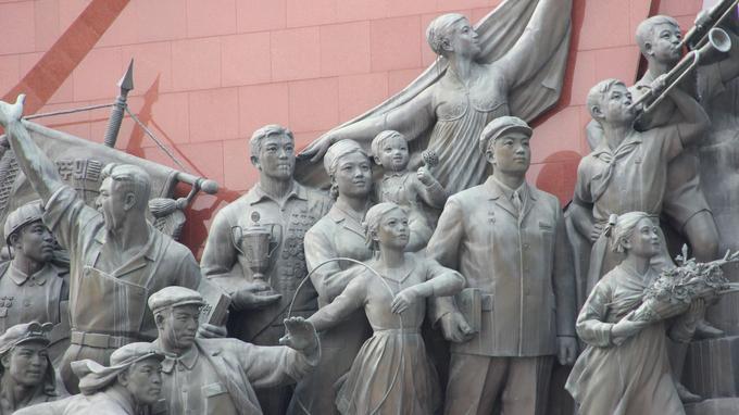 Bronzes de propagande au grand monument Mansudae, à Pyongyang.