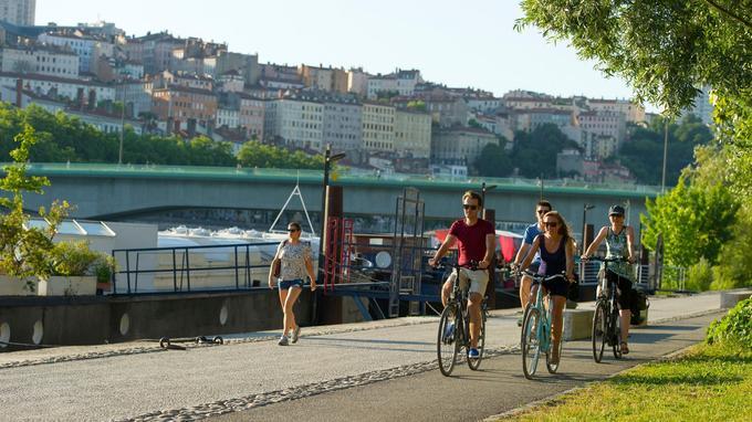 Au centre de Lyon, une piste cyclable sur les berges du Rhône.