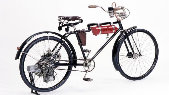 À leur origine, les motos n'étaient en fait que des vélos sur lesquels on avait greffé un petit moteur et un réservoir d'essence.