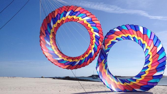 Sur le sable, des «couronnes» géantes, créations exclusives de Michel Gressier.