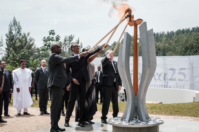 Le chef de l'Union africaine, Moussa Faki ( <i>à gauche</i>), le président du Rwanda, Paul Kagamé, son épouse Jeannette et le président de la Commission européenne, Jean-Claude Juncker, allument une flamme commémorative.
