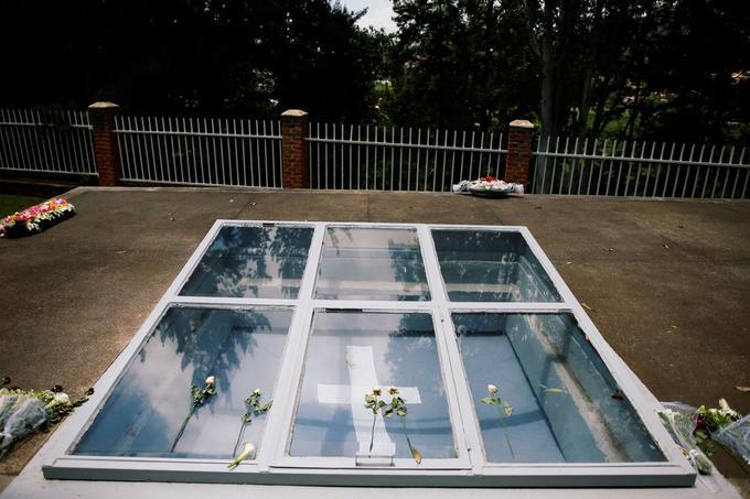 Des fleurs sont déposées sur une tombe pour les victimes du génocide rwandais au mémorial du génocide à Gisozi à Kigali.