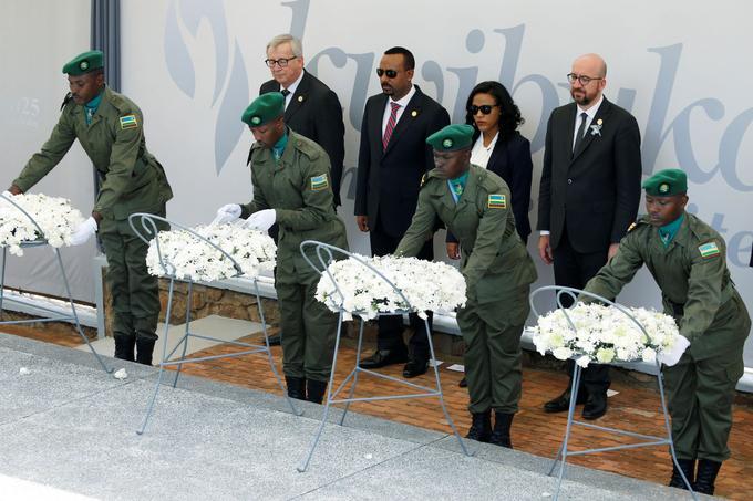 Le premier ministre belge, Charles Michel, le premier ministre éthiopien, Abiy Ahmed, et le président de la Commission européenne, Jean-Claude Juncker, assistent à une cérémonie de dépôt de gerbe lors de la commémoration du mémorial du génocide à Kigali.