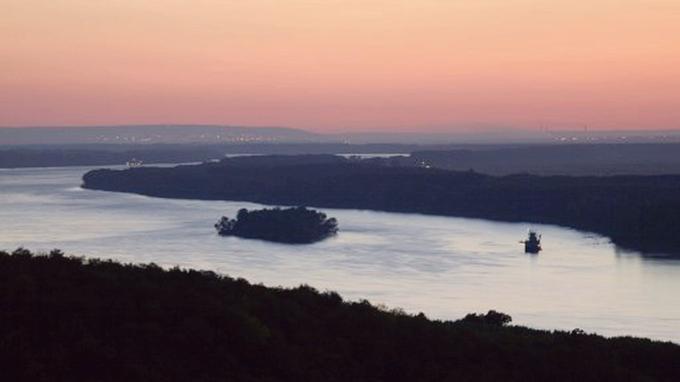 Crépuscule sur la Danube en Bulgarie.