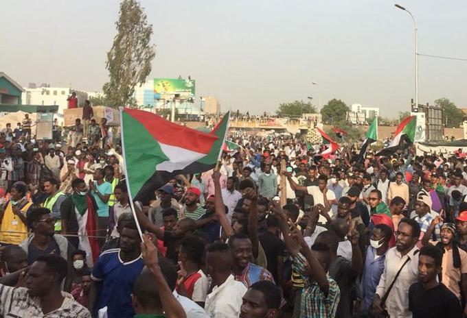 Des milliers de manifestants sont rassemblés devant le siège de l'armée.