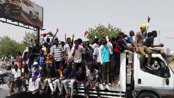 Les manifestants ont laissé éclater leur joie après l'annonce de la destitution du président Béchir.