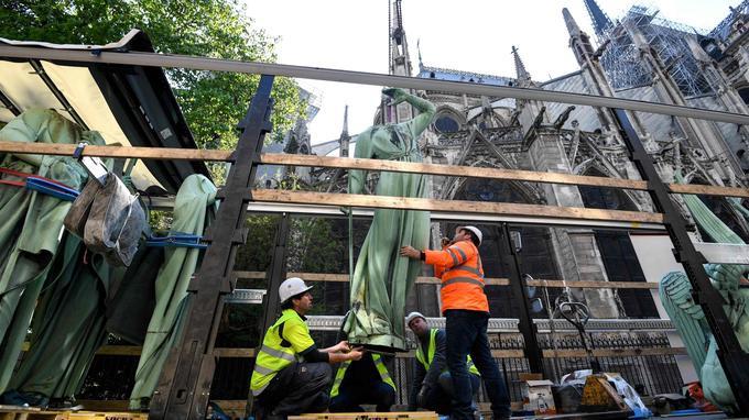 Les statues ont été installées lors de la reconstruction de la flèche de la cathédrale, menée en 1859-1860 par l'architecte Eugène Viollet-le-Duc.