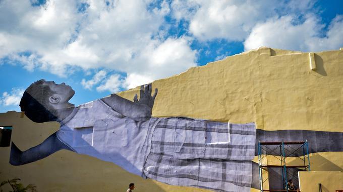 Derrière ce mur jaune incliné, ce sont les toits décrépis du centre de la capitale cubaine qu'on aperçoit.