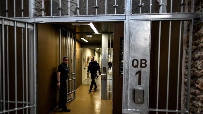 Dans la nouvelle prison de la Santé.