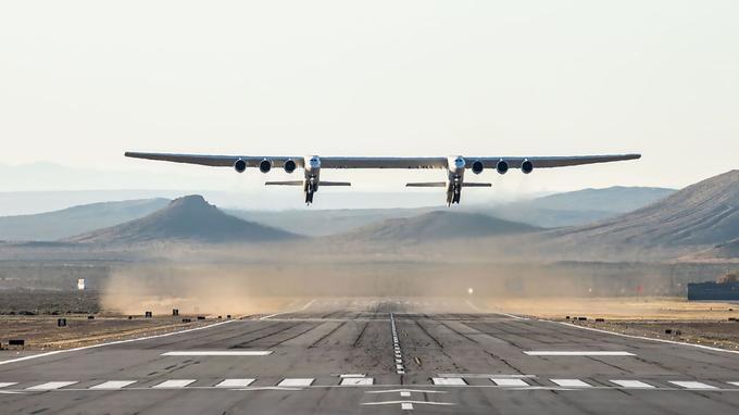 L'envergure de l'avion géant Stratolaunch est de 117 m, presque 50% de plus qu'un Airbus A380.