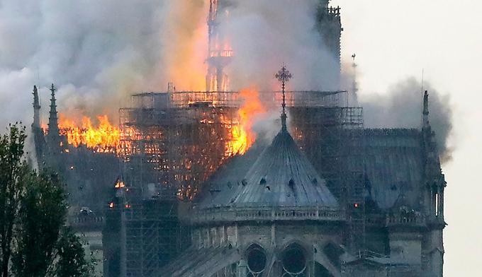 Incendie à Notre-Dame : les Pompiers de Paris reçus à l'Elysée