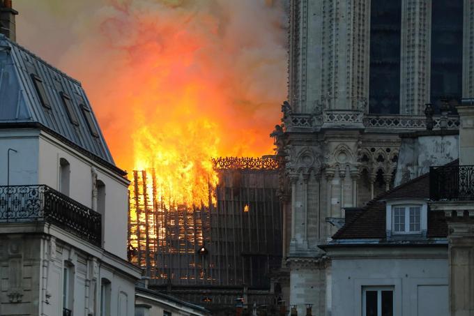 Peu après 19h30, l'incendie de la charpente léchait les deux clochers de la cathédrale. Jusqu'à 23 h, les secours ont craint que le feu ne ravage les deux beffrois.
