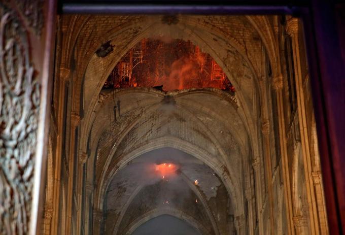 Vue de l'intérieur de la nef, les secours ont pu constater l'effondrement d'une croisée d'ogives. À travers le trou béant, on devine l'échafaudage métallique qui a résisté à l'incendie.