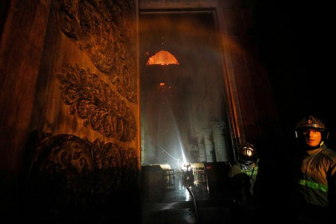 Les brigades de pompiers découvrent à travers la nef éventrée le brasier qui consume la charpente.