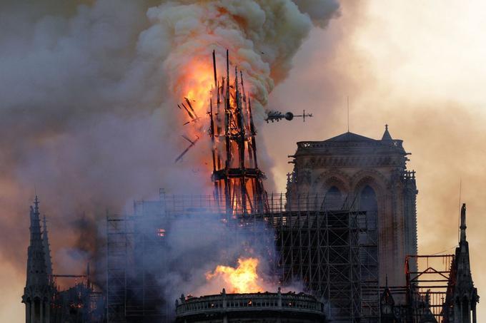 Dans sa chute, la flèche de plus de 700 tonnes a vraisemblablement détérioré la voûte de la nef.