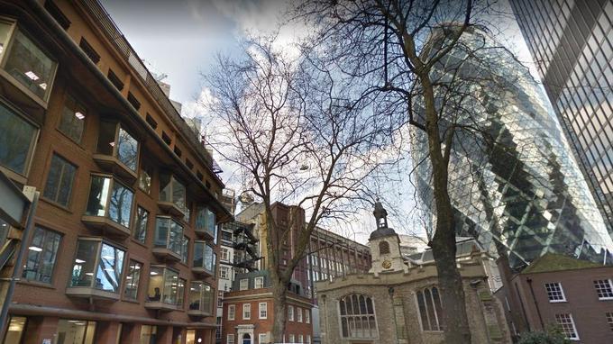 Selon Geoffrey Marsh, Shakespeare vivant à l'emplacement du bâtiment à gauche de cette photo de Great St Helen's à Londres, dont les balcons n'ont rien du charme supposé de celui de Juliette à Vérone. St Helen's Bishopsgate au centre, le «Gherkin» en arrière-plan à droite.