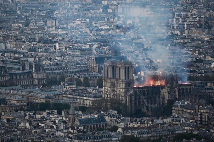 Le feu qui a pris dans la charpente en fin d'après-midi a détruit toute la toiture de la cathédrale.