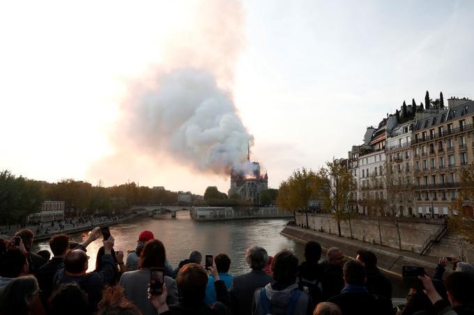 Hommage aux pompiers, qui seront faits citoyens d'honneur de Paris — Notre-Dame