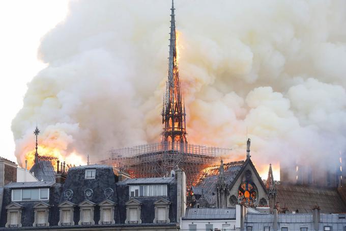 L'incendie a vraisemblablement pris dans la charpente à la base de la flèche de 93 mètres de haut où des travaux de restauration étaient en cours.