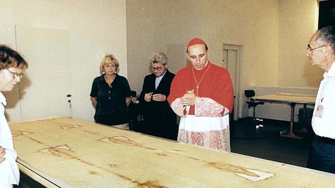 Le cardinal de Turin Severino Poletto devant le Saint-Suaire restauré en octobre 2002.