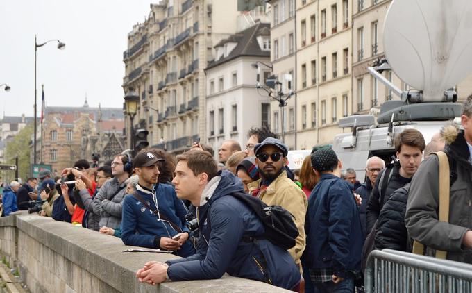 La foule se presse sur le petit pont en face de la cathédrale.